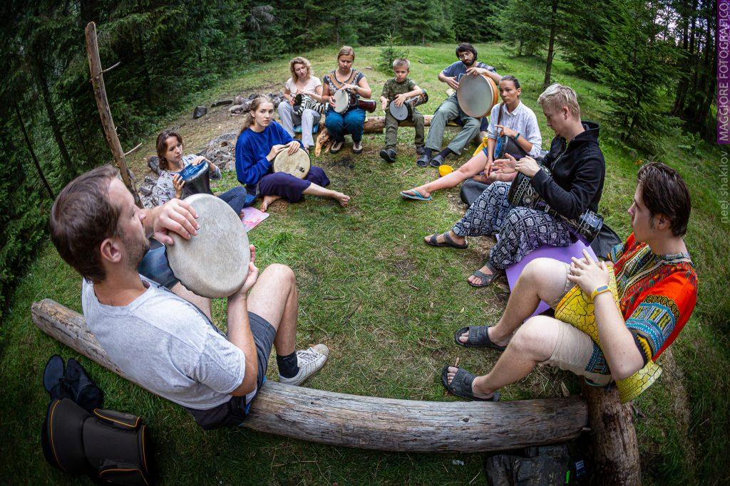 уроки по этническим барабанам на семинаре zen drum в карпатах